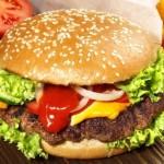 Burger-mit-Pommes-640x407